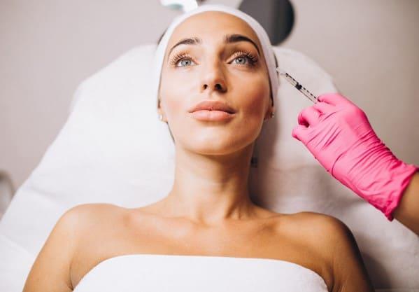 https://klinikasienna.pl/wp-content/uploads/2020/10/cosmetologist-making-injections-face-woman-beauty-salon_1303-16744.jpg