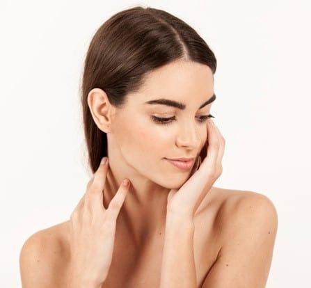 https://klinikasienna.pl/wp-content/uploads/2020/10/woman-with-hands-her-neck-looking-down_23-2147647715.jpg